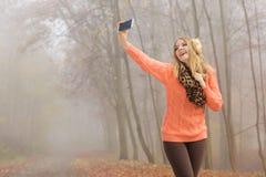 Den lyckliga modekvinnan parkerar in att ta selfiefotoet Royaltyfri Fotografi