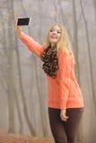 Den lyckliga modekvinnan parkerar in att ta selfiefotoet Royaltyfri Bild