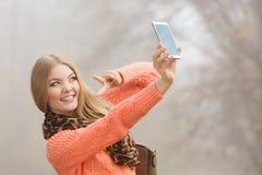 Den lyckliga modekvinnan parkerar in att ta selfiefotoet Arkivbild