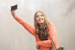 Den lyckliga modekvinnan parkerar in att ta selfiefotoet Royaltyfria Bilder