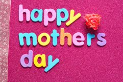 Den lyckliga moderdagen på en rosa bakgrund med ett rosa band och ett konstgjort steg Royaltyfria Bilder
