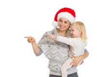 Den lyckliga modern i julhattholding behandla som ett barn flickan Arkivfoton