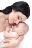 Den lyckliga modern med behandla som ett barn över vit royaltyfri bild