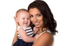 Den lyckliga modern med behandla som ett barn den isolerade flickan Arkivbild