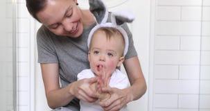 Den lyckliga modern med behandla som ett barn den iklädda kanindräkten arkivfilmer