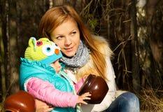Den lyckliga modern med behandla som ett barn på naturen i träna Royaltyfria Foton