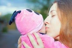 Den lyckliga modern med behandla som ett barn på utomhus- Arkivbild