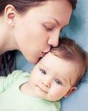 Den lyckliga modern med behandla som ett barn pojken Arkivfoton