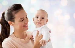 den lyckliga modern med litet behandla som ett barn pojken arkivbilder