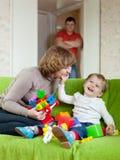 Den lyckliga modern och behandla som ett barn Arkivbild