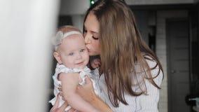 Den lyckliga modern och behandla som ett barn att kyssa och att krama arkivfilmer