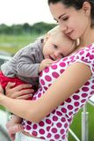 Den lyckliga modern och behandla som ett barn flickan utomhus tätt upp Arkivbild