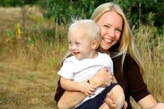 Den lyckliga modern och behandla som ett barn pojken utanför Fotografering för Bildbyråer