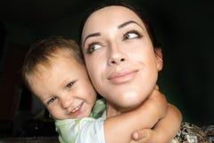 Den lyckliga modern och behandla som ett barn själv royaltyfri foto