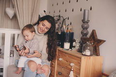Den lyckliga modern och behandla som ett barn sonen som tillsammans hemma spelar Lyckligt familjlivsstilbegrepp i verkliga liveti Royaltyfri Foto
