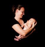 Den lyckliga modern och behandla som ett barn spädbarnet royaltyfri foto