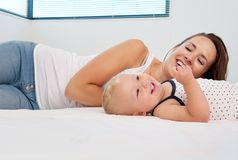 Den lyckliga modern och behandla som ett barn tycka om liv och ha en rolig tid Arkivfoto