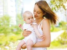 Den lyckliga modern och behandla som ett barn utomhus att gå i sommar Royaltyfria Bilder