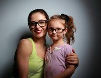 Den lyckliga modern och den gulliga flickan i mode svärtar exponeringsglas Arkivbild