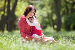 Den lyckliga modern och dottern i sommaren parkerar Sk?nhetnaturplats med utomhus- livsstil f?r familj Lycklig familj som tillsam arkivfoton