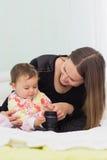 Den lyckliga modern och dottern spelar tillsammans Royaltyfri Fotografi