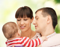Den lyckliga modern och fadern med förtjusande behandla som ett barn Arkivfoton