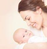 Den lyckliga modern och hennes nyfött behandla som ett barn Royaltyfria Bilder