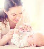 Den lyckliga modern och hennes nyfött behandla som ett barn Arkivfoto