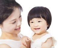 Den lyckliga modern som rymmer det förtjusande barnet, behandla som ett barn pojken Fotografering för Bildbyråer