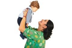 Den lyckliga modern som spelar med, behandla som ett barn Royaltyfri Bild