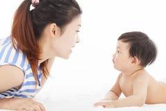 Den lyckliga modern som talar med, behandla som ett barn pojken Royaltyfri Bild
