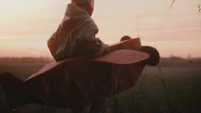 Den lyckliga modiga pilot- pojken får in i hans roliga leksaknivå köra och spela på solnedgånghöstfältet, fritiddagultrarapid lager videofilmer