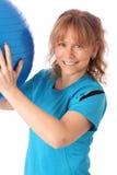 Den lyckliga mogna kvinnan i blå genomkörare beklär känsligt stort Arkivfoton