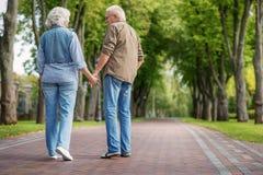 Den lyckliga mogna mannen och kvinnan som den har, går tillsammans Arkivbild
