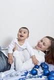 Den lyckliga momen och behandla som ett barn pojken Royaltyfri Fotografi