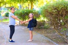 Den lyckliga mormodern och sondottern som går till skola på gatan i hösten, parkerar fotografering för bildbyråer