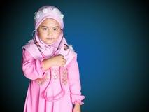 den lyckliga muslimflickan med full hijab i rosa färger klär Arkivbild