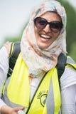Den lyckliga muslimkvinnan på räknare-demonstrationen av tryckgruppen förenar mot fascism i Whitehall, London, UK arkivfoton