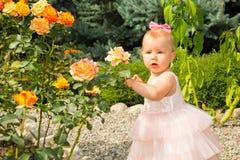 Den lyckliga nätta flickaungen firar hennes födelsedag med den rosa dekoren i härlig trädgård Positiv mänsklig sinnesrörelsekänsl Royaltyfri Bild