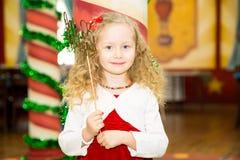 Den lyckliga nätta flickaungen firar hennes födelsedagparti Positiv mänsklig sinnesrörelsekänslaglädje Royaltyfria Bilder
