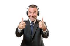 Den lyckliga nyhetsuppläsaren med två tummar up och det stora leendet royaltyfria bilder