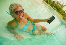 Den lyckliga och attraktiva asiatiska indonesiska mitt ?ldrades 40-tal eller 50-talkvinnan som tar selfiebilden med mobiltelefone royaltyfri fotografi