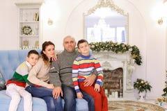 Den lyckliga och gladlynta familjen i festligt lynne har gyckel och skrattar togen Arkivfoto