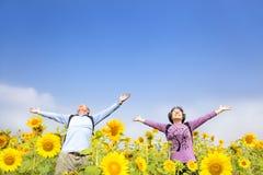 Den lyckliga pensionären kopplar ihop anseende i trädgården Royaltyfri Foto