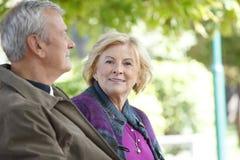 Den lyckliga pensionären kopplar ihop utomhus- Royaltyfri Bild