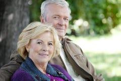Den lyckliga pensionären kopplar ihop utomhus- Arkivfoton