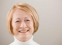 den lyckliga pensionären sköt studiokvinnan Fotografering för Bildbyråer