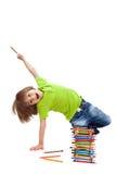 Den lyckliga pojken har byggt ett torn av blyertspennor Royaltyfri Foto