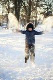 Den lyckliga pojken hoppar utomhus Royaltyfria Foton