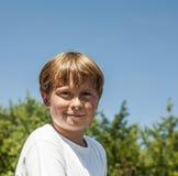 Den lyckliga pojken ler och tycker om liv arkivfoton